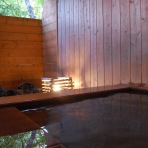 お部屋ごとに貸切になる源泉掛け流し露天風呂。