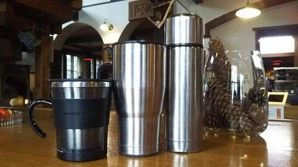 タンブラーにコーヒーお詰めします